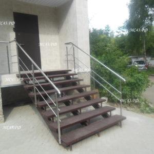 лестница на входе в офис