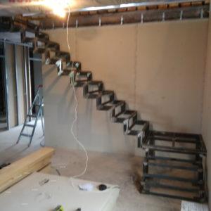 Металлическая лестница на второй этаж с площадкой