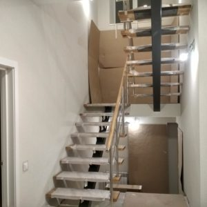 Лестница на монокосоуре с перилами из массива дуба