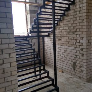 Каркас лестницы из металла Кстинино