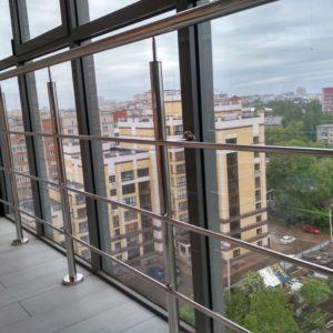 перила из нержавейки на балконе