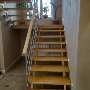 Лестница на металлическом каркасе с отделкой сосной