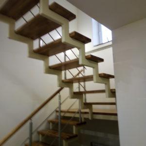 Лестница на второй из дуба на металлокаркасе